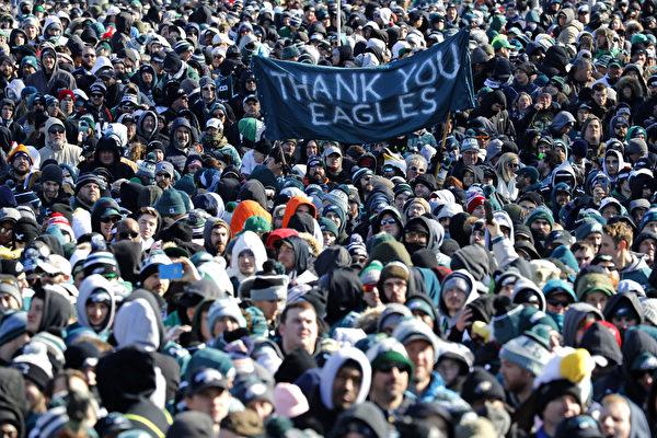 2月8日,費城老鷹隊球迷在嚴寒中等待慶祝遊行開始。(Aaron P. Bernstein/Getty Images)