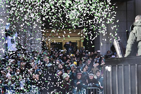 2月8日,費城老鷹隊球迷觀看遊行,歡慶老鷹隊奪冠。(Corey Perrine / Getty Images)