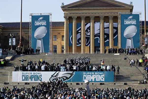 2月8日,費城老鷹隊成員在費城藝術博物館前舉行的頒獎儀式上慶祝他們的超級盃冠軍。(Aaron P. Bernstein/Getty Images)