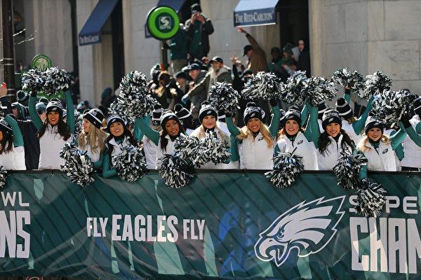 2月8日,费城老鹰隊啦啦队参加慶祝遊行。(Rich Schultz/Getty Images)