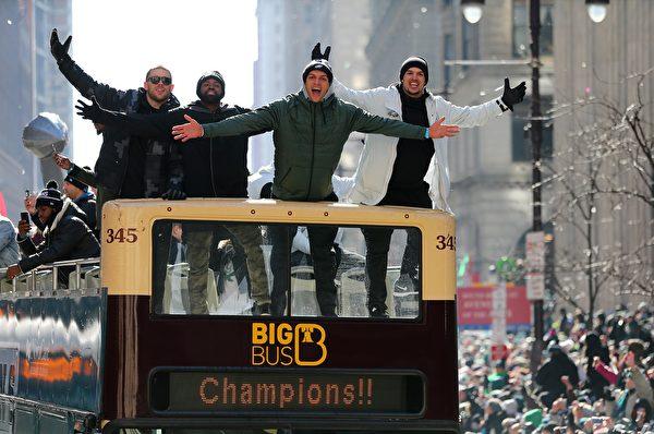 2月8日,費城老鷹隊隊員Zach Ertz, Torrey Smith, Mack Hollins 和 Trey Burton (從左至右) 參加慶祝遊行。(Rich Schultz/Getty Images)
