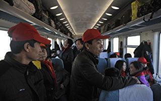 新年间,农民工回家和家人、朋友团圆,饭桌上道诉苦水,盼望这样专制独裁的体制早日结束。图为今年新年前往家赶着过年的农民工们。(Tao Zhang/Getty Images)