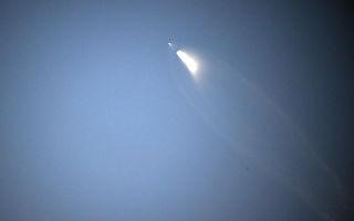 """2月22日,美国太空探索科技公司SpaceX,把两枚测试通讯卫星成功送入太空。这将开启SpaceX的CEO马斯克向全球提供高速WiFi服务的""""星链""""(Starlink )计划。(ROBYN BECK/AFP/Getty Images)"""