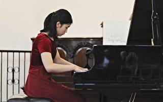华裔少女钢琴家英国比赛崭露头角