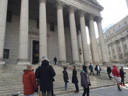 14日纽约市检察官们在州最高法院门前召开记者会,要求ICE收回法庭抓人政策。