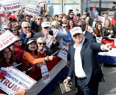 2015年10月31日,仍是共和党总统候选人的川普(右)于维吉尼亚州与支持者见面。