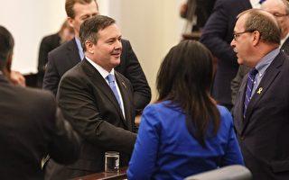 康尼宣誓就職省議員