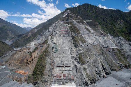 图为四川河口市一座遭过度开垦的大山,工地吞噬了3条河流。