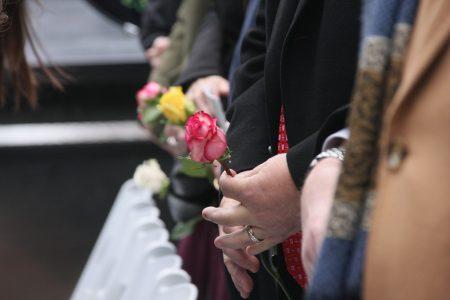 悼念者手中的鲜花。
