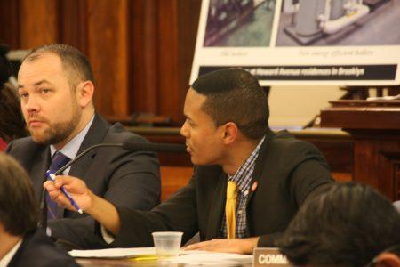 議員托雷斯質疑房屋局為何放著高科技不用,而採取低效而不準確的調查方法。