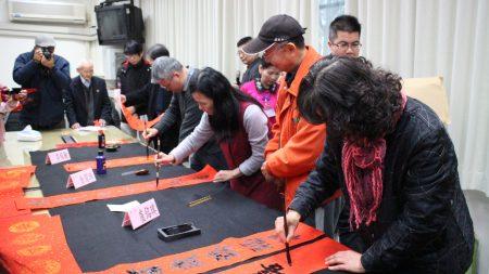 今日现场并邀请埋首写春联的(左起)李燿腾、余碧珠、卢铭琪3位知名书法家现场挥毫。