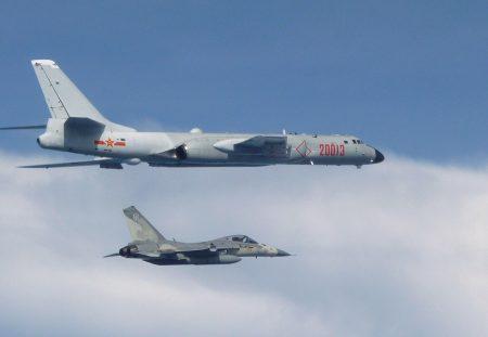 共機繞台引發台人反彈,圖為之前共軍轟炸機(上)在台灣周遭演訓時,台方出動經國號戰機(下)前往因應。