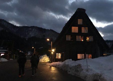 合掌村內的夜景。