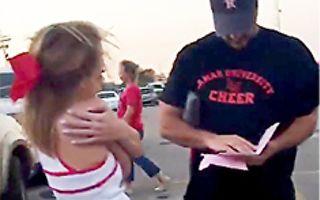 少女交給繼父一個粉色信封 沒想到他拆開後竟動容落淚