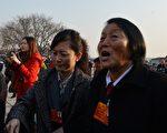唯一连续13次任中共全国人大代表的申纪兰(右)。( MARK RALSTON/AFP/Getty Images)