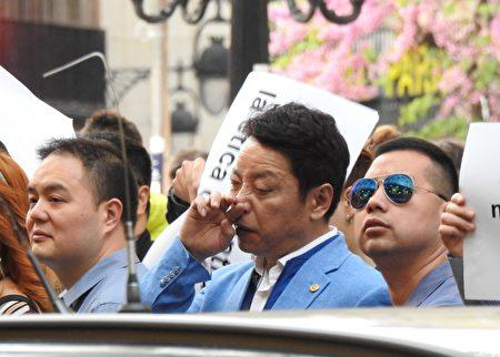 穿浅蓝色上衣的男子是2017年4月巴萨罗那剧院门口抗议活动的组织者之一——加泰华人华侨联合总会现任主席许建南。(大纪元)