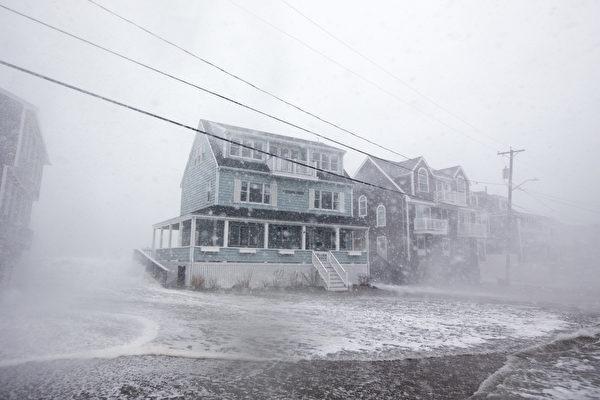 周五(3月2日),强烈冬季风暴nor'easter气团侵袭美国东部沿海地区,带来暴雨强风和大雪,同时美国西海岸地区也遭受风暴袭击。图为麻省的一处街道。(Scott Eisen/Getty Images)
