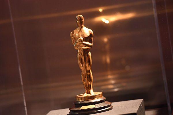 中國電影與奧斯卡漸行漸遠,有評論認為是因為不同的價值觀,但有電影人認為中共有意這樣做,因為它另有目的。圖為奧斯卡獎的小金人。(ANGELA WEISS/AFP/Getty Images)