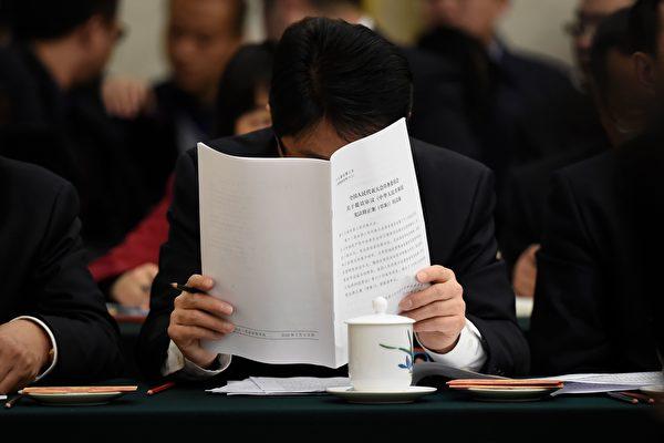 """每年中共两会的""""富人俱乐部""""都受到外界关注。有分析认为,中共两会除具花瓶功能外,还有政治贿赂功能。(WANG ZHAO/AFP/Getty Images)"""
