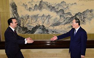 3月22日,王岐山(右)与菲律宾外长卡耶塔诺会面。(Alan Peter Cayetano)。(PARKER SONG/AFP/Getty Images)