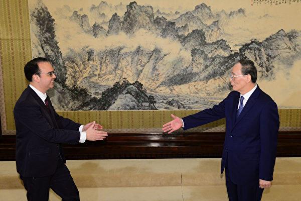 3月22日,王岐山(右)與菲律賓外長卡耶塔諾會面。(Alan Peter Cayetano)。(PARKER SONG/AFP/Getty Images)