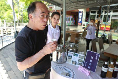 礁溪鄉長林錫忠試喝潭酵天地觀光工廠釀製的水果醋。