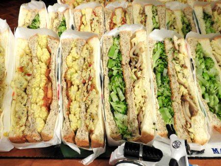 許竣傑獨力研發的綠花椰菜與玉米筍三明治。