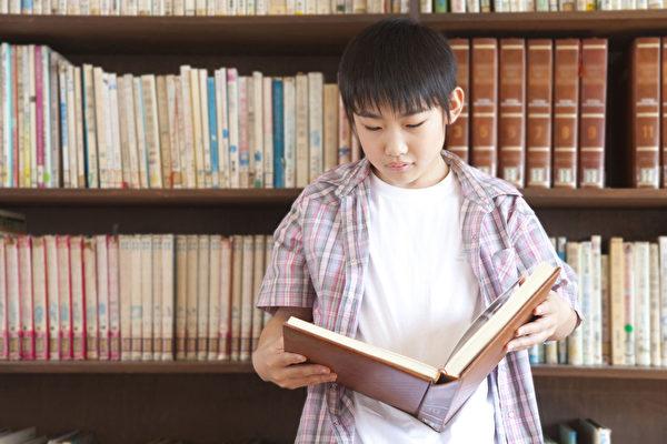 其实孩子从小就爱看书,这可是他自学来的。(fotolia)