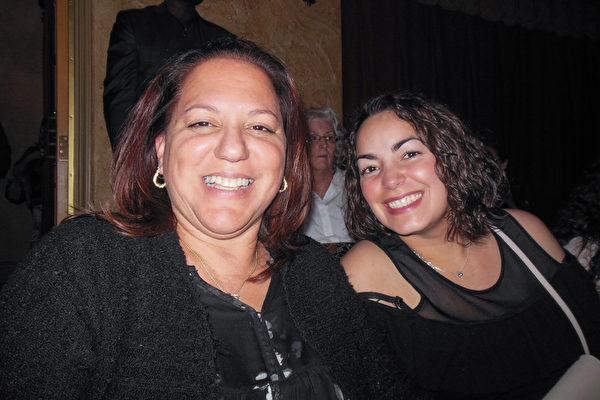 美国联邦政府预算分析师Maydelyn Reyes女士(左)3月3日晚,和同事一起观看了神韵纽约艺术团的演出。(李辰/大纪元)