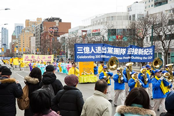"""本月""""三退""""大潮将要冲破三亿人,大陆和香港民众对此表示支持。图为多伦多大游行,庆祝三亿人退出中共党、团、队组织。(艾文/大纪元)"""