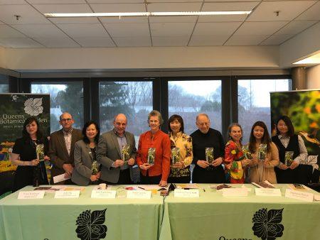 皇后区植物园宣布将建台湾花园,记者会上,五位新董事中的两位(右三、右四)亮相,其中右四Jack Eichenbaum是皇后区历史学家,。