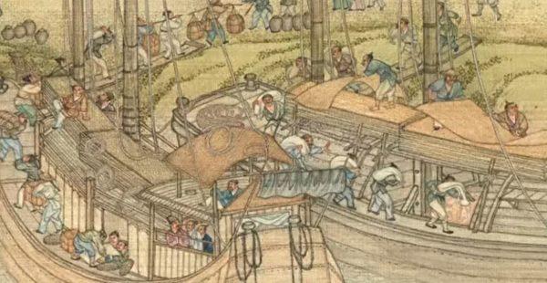 俞淨意得知這個男孩年十六歲,小時候玩耍誤入運載糧食的船隻,船隻把他帶離了家鄉,因而被王宮的公公收養。圖為清 院本《清明上河圖》局部。(公有領域)