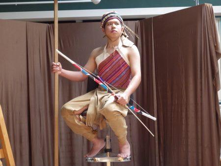 充當模特兒的高三美術班林晉豪同學,這個姿勢他可以維持1.5小時不動!