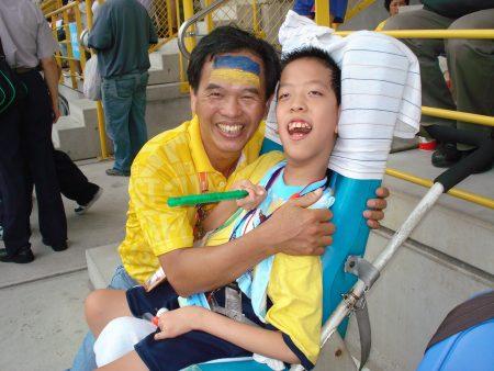 当志工出钱出力,余新亮(左)认为志工让人生充满喜乐与感恩。