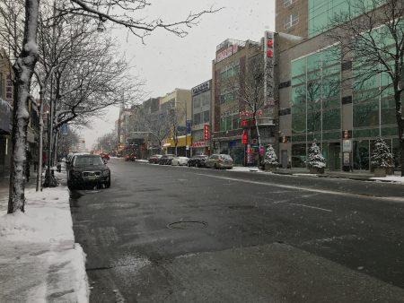 這場風暴令法拉盛緬街人流大減,掃雪車來回清理馬路積雪。