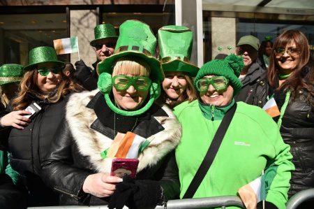 遊行兩旁觀看民眾都身穿一身亮綠色服裝。