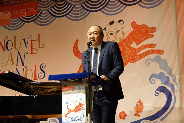 2月23日華義國會議員陳文雄在巴黎13區中國新年活動開幕儀式上致辭。(關宇寧/大紀元)