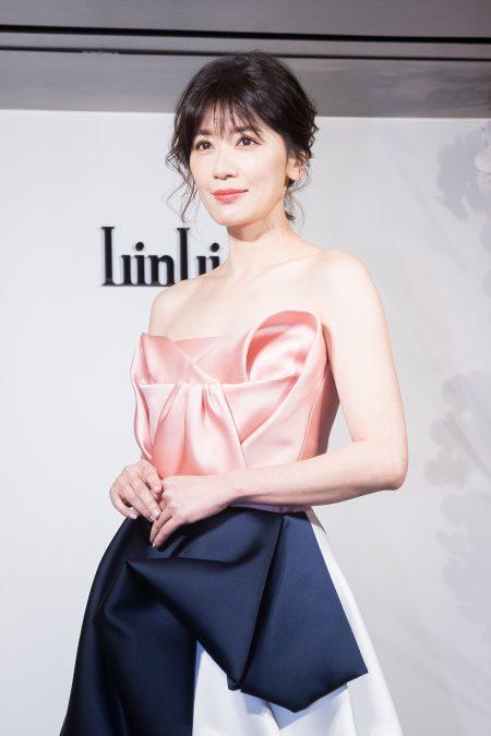 贾静雯23日穿着一袭礼服出席婚纱店开幕活动。