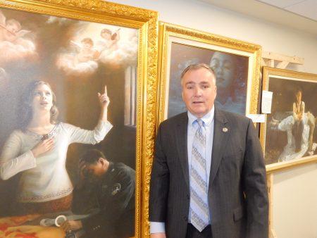 第24選區眾議員Harold J Wirths在真善忍美展上。