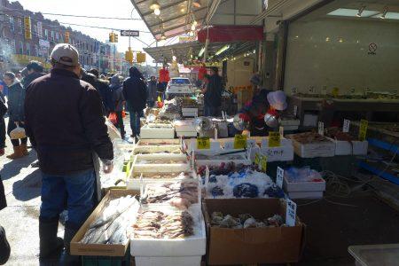 布碌崙八大道华人社区的海鲜档很多。