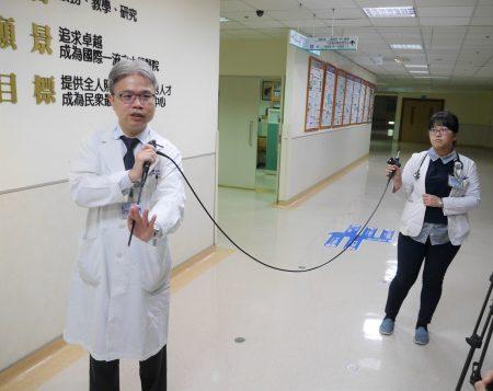 高醫胸腔科醫師蔡英明表示,肋膜腔鏡檢查對於不明原因的肋膜積水病人,是可以得到確定診斷的決定性檢查且兼具治療功能的技術。