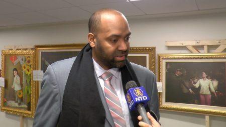 新州第5選區眾議員 Arthur Barclay在真善忍畫展上。