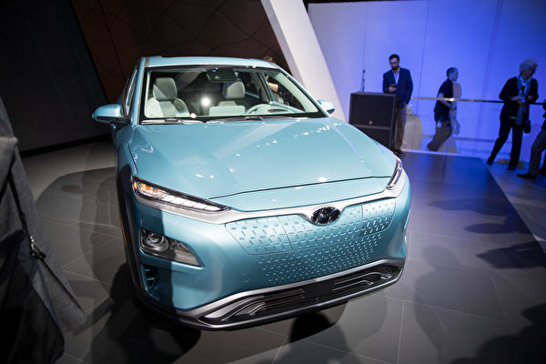现代另一款新推出的小型SUV电动车Kona,除了亮眼的外表,充满电可行驶250英里,而且通过强力充电器只需54分钟就可完成充电。(戴兵/大纪元)