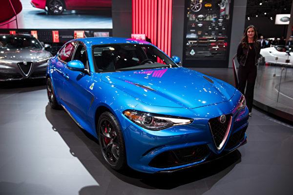 纽约车展 倩车先睹为快。Alfa Romeo GIULIA(戴兵/大纪元)