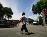 """北京正值两会,街头处处可见一些所谓的""""志愿者""""——东城大妈、西城大妈们 。她们的薪资有的能高达4千多元。图为十年前北京的所谓自愿者大妈。 ( Guang Niu/Getty Images)"""