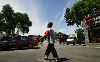 北京正值兩會,街頭處處可見一些所謂的「志願者」——東城大媽、西城大媽們 。她們的薪資有的能高達4千多元。圖為十年前北京的所謂自願者大媽。 ( Guang Niu/Getty Images)