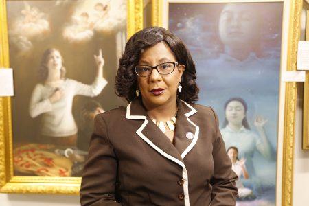 新澤西第15選區眾議員Verlina ReynoldsJackson看完畫展表示人們應該起來反迫害。