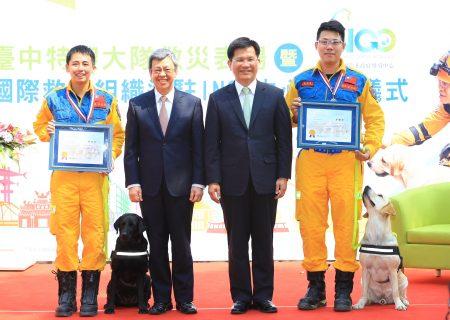 副總統陳建仁(左2)12日頒發2組搜救隊員榮譽獎章。