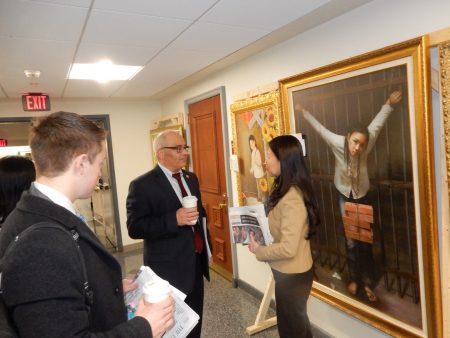 新澤西第15選區眾議員Reed Gusciora在「真善忍國際美展」上。