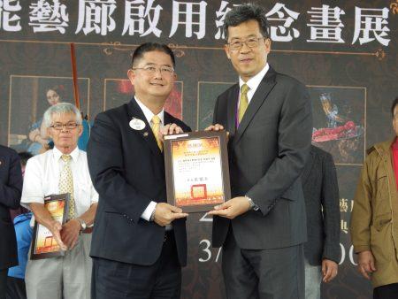 校長張凱瑞頒贈感謝狀給國際獅子會 300-D1 區 歐鎮平總監